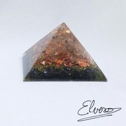 Piramida orgonica alcatuita din cuart alb, hematit, foita de cupru, rasina, cupru si alama
