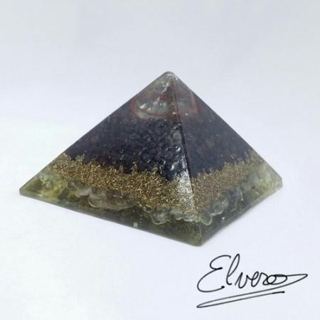 Piramida orgonica realizata din cuart alb, granat rosu, fluorit, cupru si rasina